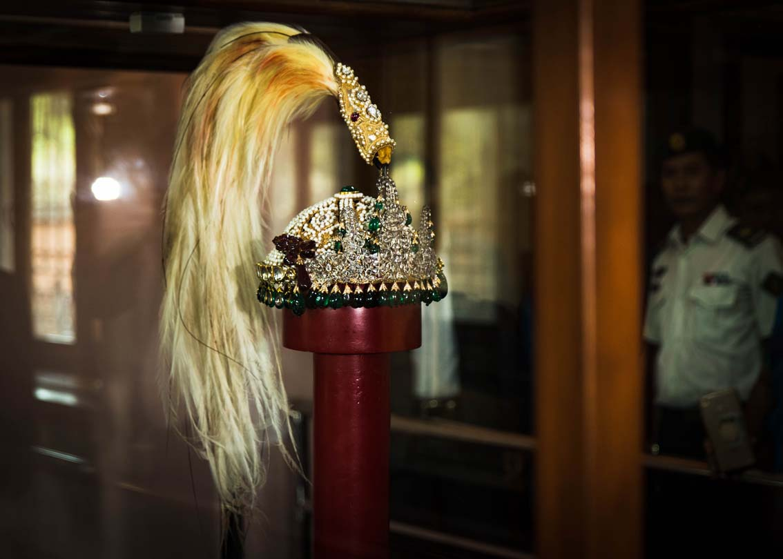 Is there an 'attempt to steal' the former King's Crown from museum?