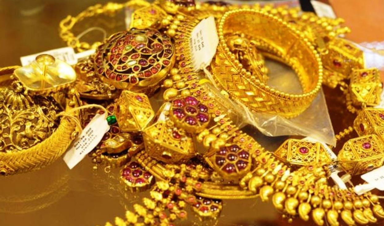 The price of gold decreased by 1400, how much per tola?
